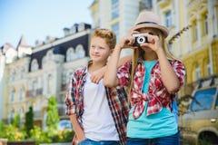 Groupe de voyage d'enfants en Europe Concept de tourisme et de vacances Photographie stock libre de droits