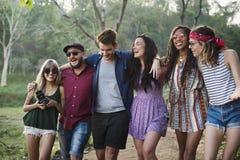 Groupe de voyage divers d'amis sur le voyage par la route ensemble Image libre de droits
