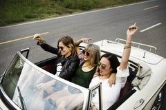 Groupe de voyage divers d'amis sur le voyage par la route ensemble Images libres de droits