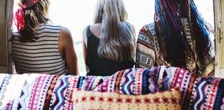 Groupe de voyage divers d'amis sur le voyage par la route ensemble Images stock
