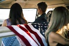 Groupe de voyage divers d'amis sur le voyage par la route ensemble Photo stock