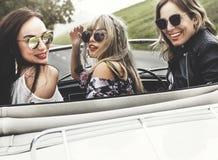 Groupe de voyage divers d'amis sur le voyage par la route ensemble Image stock