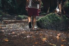Groupe de voyageurs sur la rivière tropicale dans la jungle profonde de l'île de Bali, Indonésie Images libres de droits