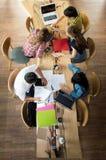 Groupe de vue supérieure d'amis adolescents travaillant et se réunissant dans l'équipe avec des rapports Photographie stock libre de droits