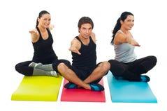 Groupe de yoga de trois personnes photos stock