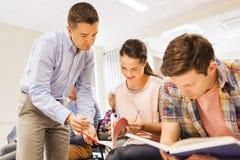 Groupe des étudiants et du professeur avec le carnet Photos stock