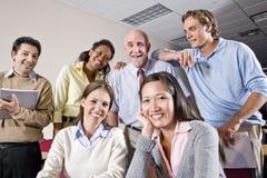 Groupe des étudiants universitaires et du professeur dans la classe Photo stock
