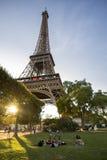 Groupe des amis et de l'Eiffel Images stock