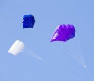 Groupe des cerfs-volants colorés dans le ciel bleu Photographie stock libre de droits