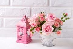 Groupe des fleurs roses tendres et de la lanterne rose décorative a de roses Image stock