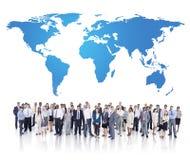 Groupe des gens d'affaires et de la carte du monde Photos stock