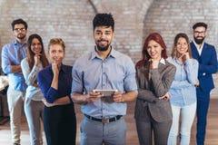 Groupe des gens d'affaires et du personnel heureux de société dans le bureau moderne Photo stock