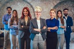 Groupe des gens d'affaires et du personnel heureux de société dans le bureau moderne Image libre de droits