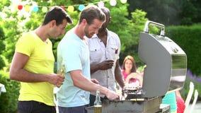 Groupe des hommes faisant cuire sur le barbecue à la maison clips vidéos