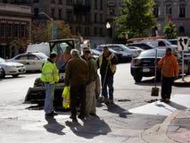 Groupe des hommes réparant la rue Photo stock