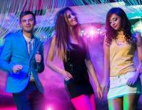 Groupe des jeunes à la boîte de nuit Image libre de droits