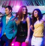 Groupe des jeunes à la boîte de nuit Photo stock