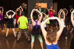 Groupe des jeunes établissant dans un gymnase de forme physique Photo libre de droits