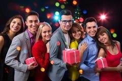 Groupe des jeunes avec des cadeaux Photographie stock