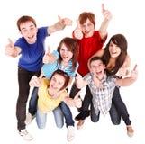 Groupe des jeunes avec des thums vers le haut. Image libre de droits