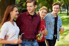 Groupe des jeunes avec le detox Photographie stock libre de droits