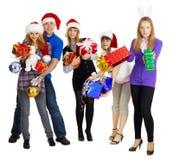 Groupe des jeunes avec les cadeaux d'an neuf Image libre de droits