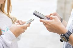 Groupe des jeunes avec des téléphones portables Photographie stock libre de droits