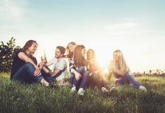 Groupe des jeunes ayant l'amusement à l'extérieur Image stock