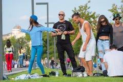 Groupe des jeunes ayant l'amusement dans le parc au temps de jour Photo stock