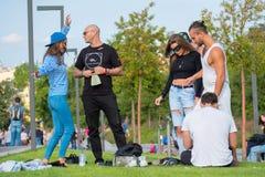 Groupe des jeunes ayant l'amusement dans le parc au temps de jour Photos libres de droits