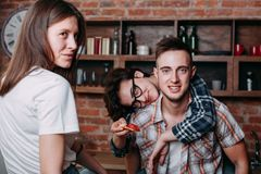 Groupe des jeunes ayant l'amusement ensemble photos stock
