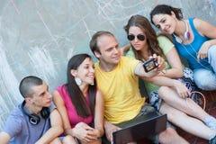 Groupe des jeunes ayant l'amusement à l'extérieur Image libre de droits
