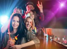 Groupe des jeunes ayant la célébration de partie Image stock