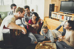 Groupe des jeunes ayant la partie de pizza Image stock