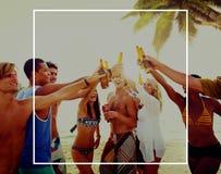 Groupe des jeunes célébrant par la plage Photographie stock libre de droits