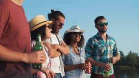 Groupe des jeunes détendant avec des bières Image stock