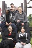 Groupe des jeunes dans la cour de jeu Photo stock