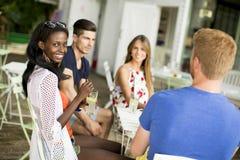 Groupe des jeunes dans le café Images stock