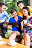 Groupe des jeunes dans un café asiatique Photos stock