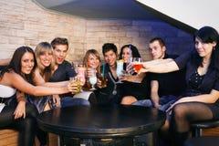 Groupe des jeunes dans une boîte de nuit Photos stock