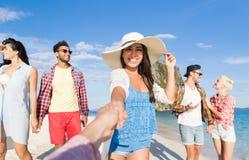 Groupe des jeunes des vacances d'été de plage, amis de sourire heureux prenant la photo de Selfie Photographie stock