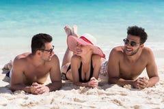 Groupe des jeunes des vacances d'été de plage, bord de la mer menteur de sourire heureux de sable d'amis Images stock