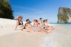 Groupe des jeunes des vacances d'été de plage, bord de la mer menteur de sourire heureux de sable d'amis Photo libre de droits