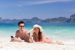 Groupe des jeunes des vacances d'été de plage, bord de la mer menteur de sourire heureux de sable de couples Photo stock