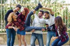 Groupe des jeunes ensemble dehors à l'arrière-plan urbain Images stock