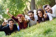 Groupe des jeunes ensemble dehors à l'arrière-plan urbain Photographie stock libre de droits