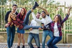 Groupe des jeunes ensemble dehors à l'arrière-plan urbain Image libre de droits
