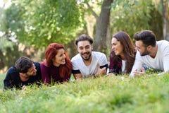 Groupe des jeunes ensemble dehors à l'arrière-plan urbain Photo libre de droits