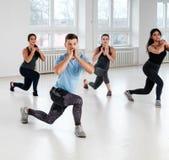 Groupe des jeunes faisant des exercices de forme physique image libre de droits