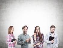 Groupe des jeunes faisant un brainstorm, concret images stock